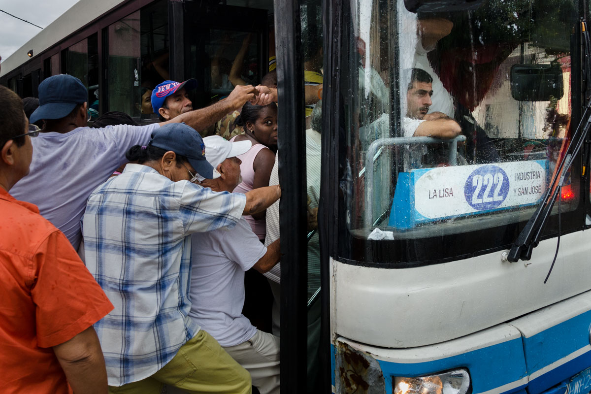 taking a bus in havana city, street photography tips in havana