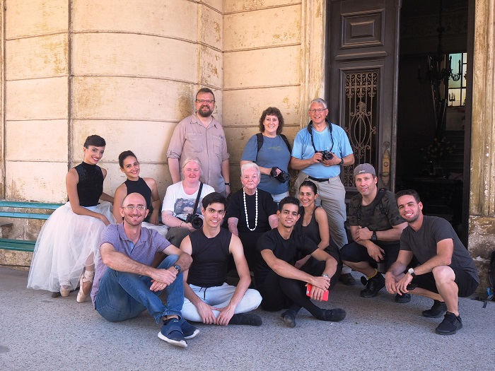 group of foreig and cuban photographers in a photo session with ballet dancers