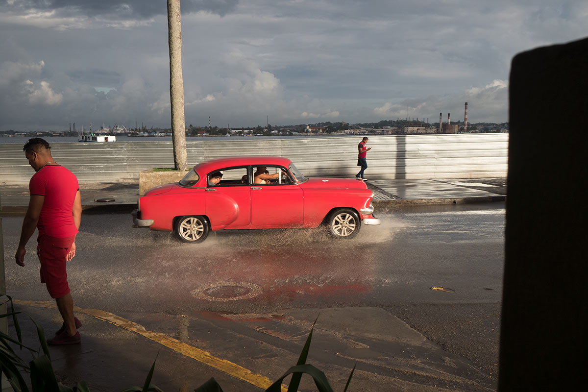 photos of red cuban old cars, by louis alarcon in his photography tours in havana