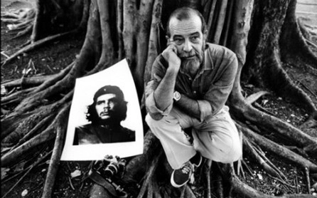 Alberto Korda with his most famous picture of Che Guevara